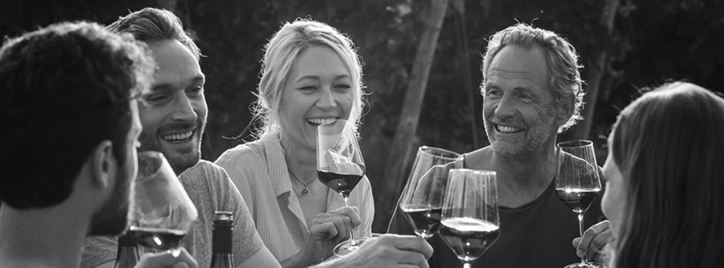 Gruppe die badischen Wein trinkt