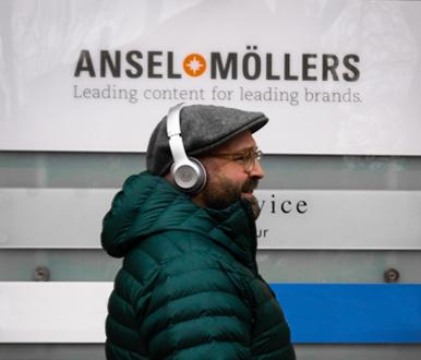 Jochen Möllers vor dem Ansel & Möllers Schild