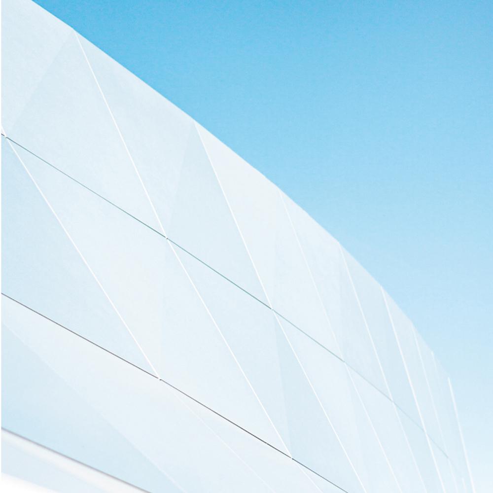 Weiße Architektur vor blauem Himmel