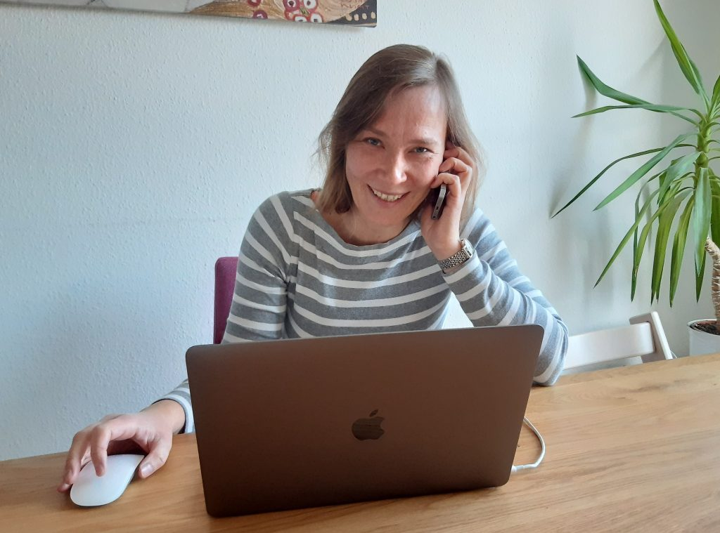 Jennifer Haubold beim Multitasking im Homeoffice