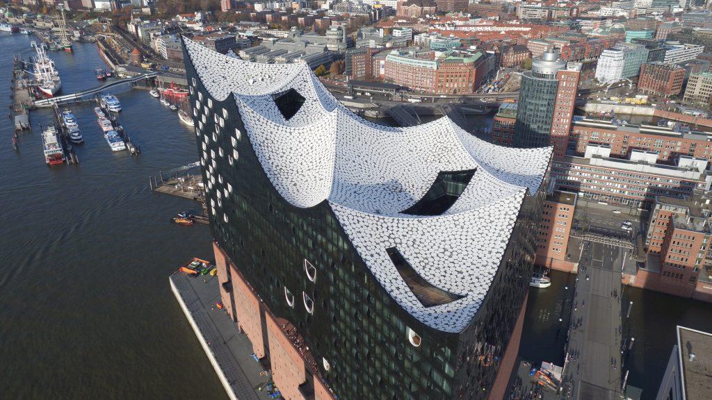 Die Elbphilharmonie in Hamburg von oben.